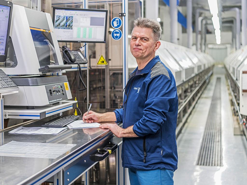 Bild von einem Mitarbeiter an einer Prototyping-Anlage